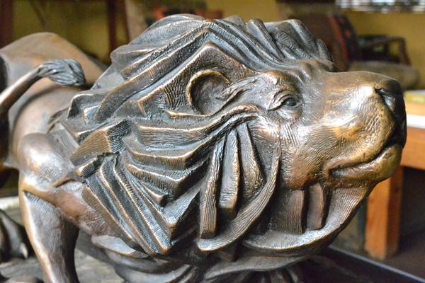 whitelions-lion-statue