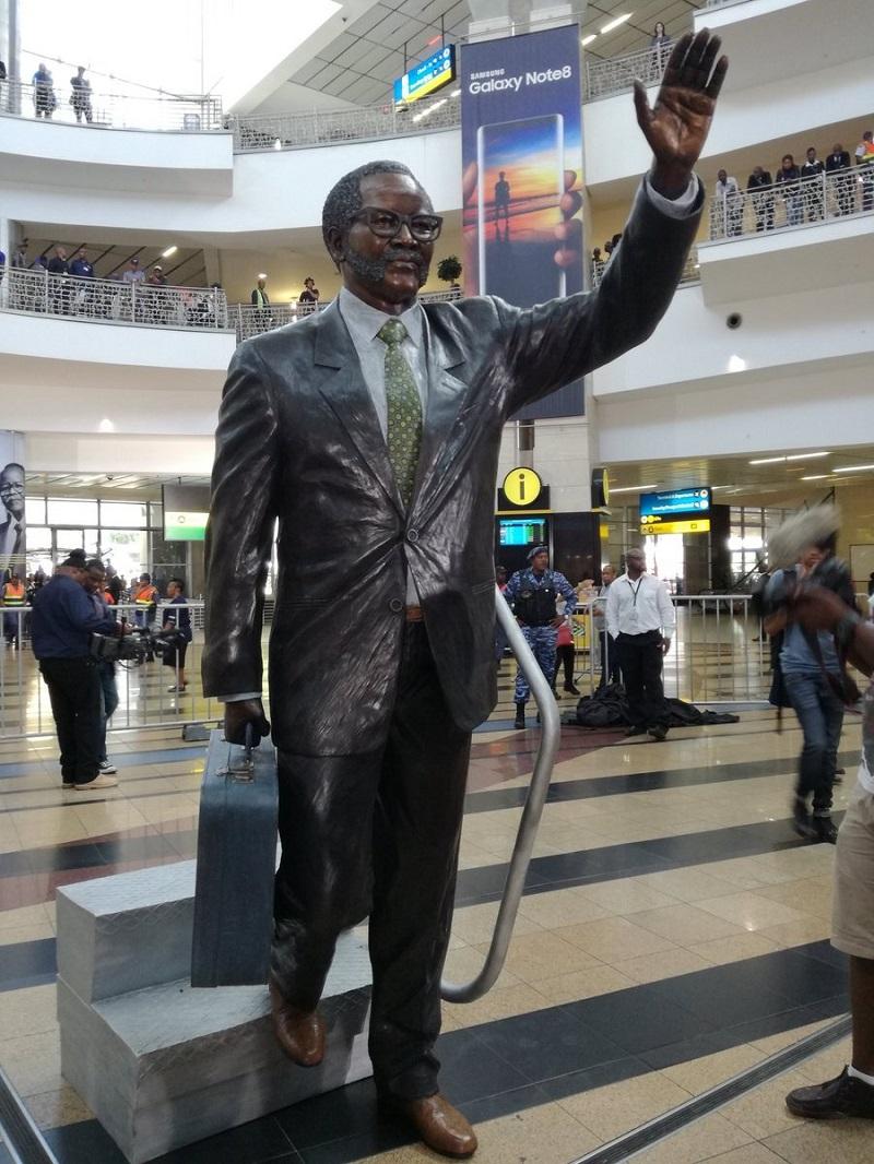 OR Tambo statue airport